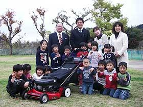 記念撮影。  左上から星野代表、山崎園長、スタッフと園児たち。